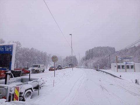 BOM STILLE: Noen minutter over klokka 09:00 sto trafikken bom stille gjennom Herdalen og videre forbi Oftedal.