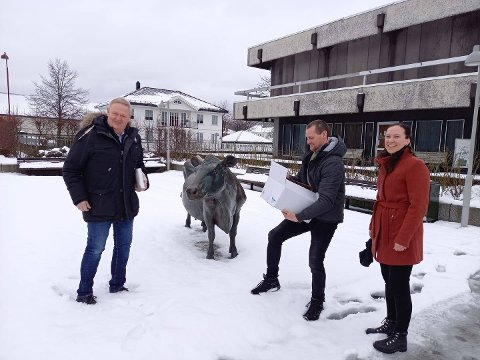 LYNGDALSKJØTT: Ordfører Jan Kristensen (til venstre) fikk kjøtt fra lyngdalsfe av Hans Arne Haugland og Caroline Silje Handeland. Gaven vil bli srpress videre gjennom formannskapsmedlemmene senere i dag.