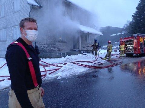 RØYK: Brannkonstabel Joachim Tronstad og resten av brannmannskapene øvde på røykdykking på Byremo torsdag kveld.