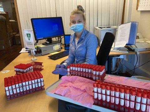 TORSDAG: Lill Anita Madsen med noen av testene som er tatt i Lyngdal torsdag.