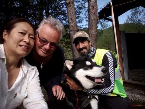 BESØK: Giovanna Iversen og Sven Arve Iversen fikk besøk av Rasoul Izadi og hunden Sam som går Norge på langs.