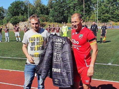 SUPERSUPPORTER: Odd Reidar Tøge fikk pris for sin støtte til laget. Stadionjakka ble overrakt av Lyngdal-kaptein Espen Hægeland.
