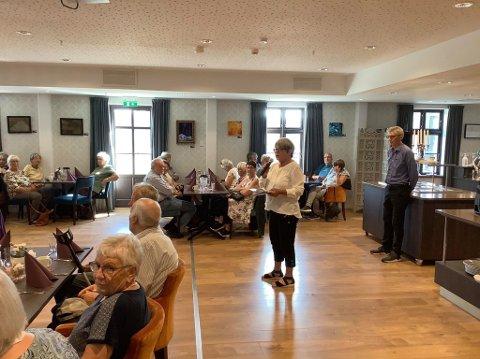EIKERAPEN: Eva Tove Fuglestveit ønsket velkommen til Eikerapen på vegne av Grindheim Bygdekvinnelag, som var med på å arrangere turen.