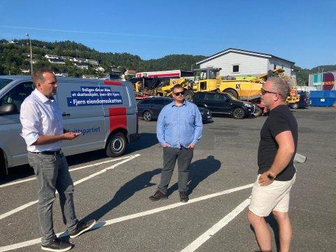 LYNGDAL: Gisle M. Saudland var blant annet på besøk i Lyngdal på onsdag. Der diskuterte han E39 med partikolleger.