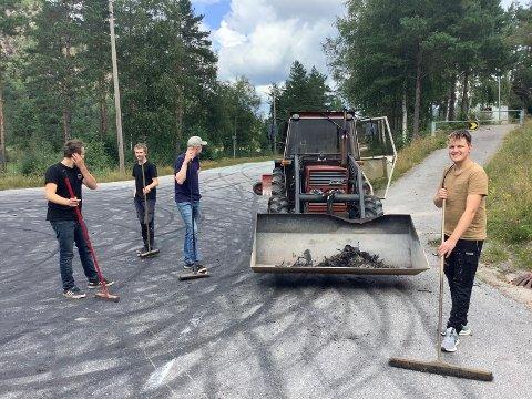 RYDDET: Ungdommen ryddet selv opp etter rånertreffet på Byremo lørdag kveld. Fra venstre Espen Solheim, Stian Høyland, Daniel Kvåle og Ånen Glomsaker.