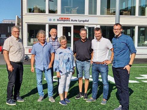 GLADSAK: Lokallaget var glade for å få beskjeden fra ministeren.  Fra venstre Hans Fredrik Grøvan, Børge Sundnes, Jørg Hadland, Reidun Bakken, Mats Alvheim, Jon Are Åmland og Kjell Ingolf Ropstad.