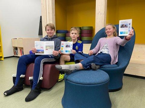Dette er redaksjonen for «Skoleavisen NÅ!» Fra høyre: Lilja Celine Kjær Jørgensen i 7. trinn, Eirik Nordqvist i 4. trinn og Gustav Aadalen Lo i 6. trinn. (Caroline Byrbotten Lysgaard fra 5. trinn var syk denne dagen)