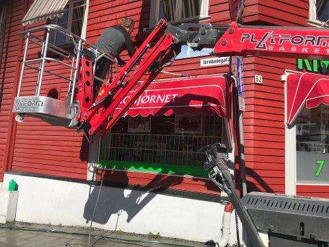 Vårrengjøring i sentrum: – Det er mye støv, sier Morten Åssveen.