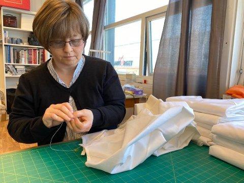 Masseproduksjon: Trine Hovind jobber hardt for å rekke over alle bestillingene av smittevernsutstyr.