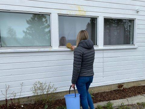 Paret har brukt mye tid på å rengjøre huset etter at veggene ble pepret med egg tirsdag kveld.