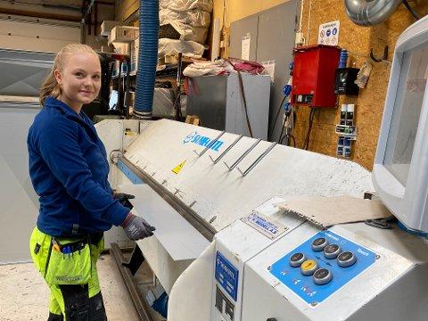 Ivanna Hammerø har blitt godt vant med de store maskinene de bruker til å knekke stål i løpet av to år som lærling hos Lillehammer Ventilasjon.