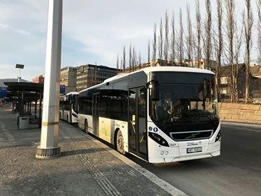 Selv om mange bussoperatører nå velger å åpne framdøra, må de som skal ta buss i Lillehammer fortsatt benytte bakdøra.