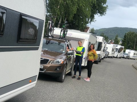 Oda Enger (14) har sin første sommerjobb som trafikkdirigent på Lillehammer Camping. Her deler hun ut Twist til tålmodige campingturister