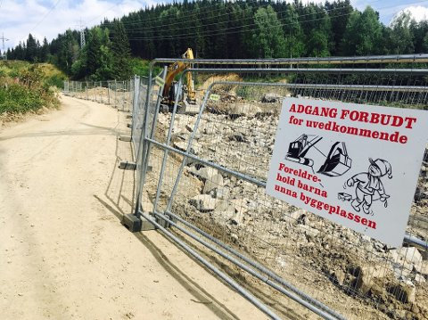 Det utføres flomsikringsarbeid i Bæla, og mange trosser skiltingen på sin vei mot Balbergkampen