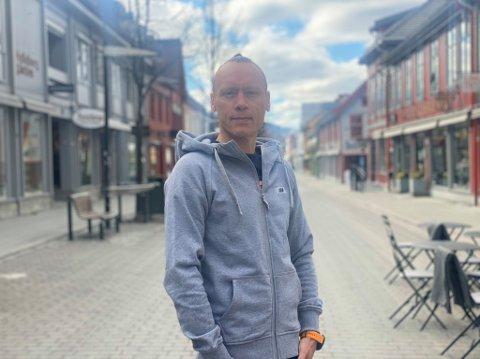 """Thomas Berntsen er et kjent fjes for mange i gågata i Lillehammer. Nå """"flytter"""" han ut."""