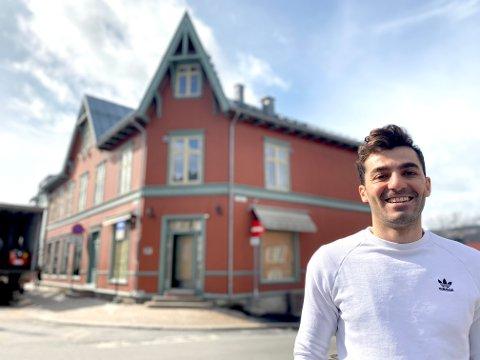 Maher Dakakni flytter fra hovedstaden til Lillehammer og åpner frisørsalong i Storgata 42.