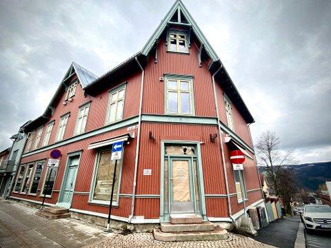 Lokalene på hjørnet der Bankgata krysser Storgata har stått tomme store deler av de siste fem årene. Nå er en ny leietager på vei inn. (Foto: Sol Vår Haukaas Denstad)