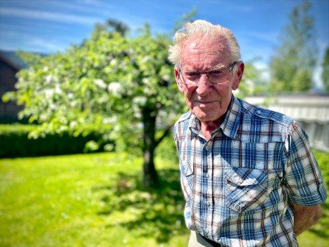 John Kopperud (86) er en ivrig stolpejeger. Nå må han bruke bilen for å komme seg rundt, etter at sykkelen hans ble stjålet.