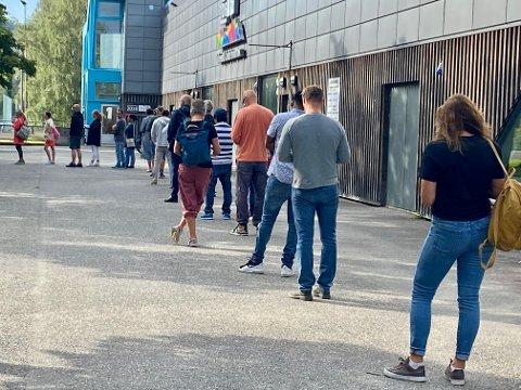 Drop in køen utenfor Håkonshall strakte seg et par hundre meter rundt på plassen før dørene ble åpnet onsdag morgen.