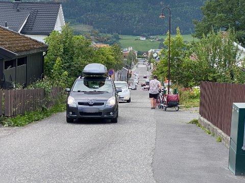 Denne veien er angitt som en «viktig gangforbindelse». Biltrafikken langs veien øker stadig, og nå vil beboerne ha en endring.