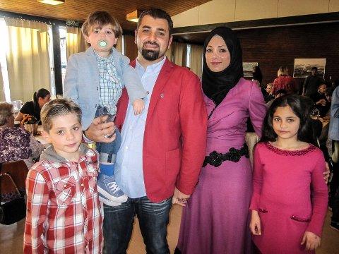 Ny start: Amina og Mohammad Marwan Sheikh Yousef med barna Jouri (10), Marwan (9) og Omar (3) har flyktet fra Syria og trives i Våler.