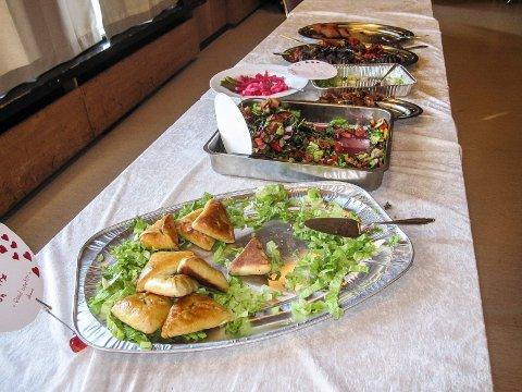 Fargerikt: Mange spennende syriske matretter var satt fram på langbordet som gjestene kunne forsyne seg fra.