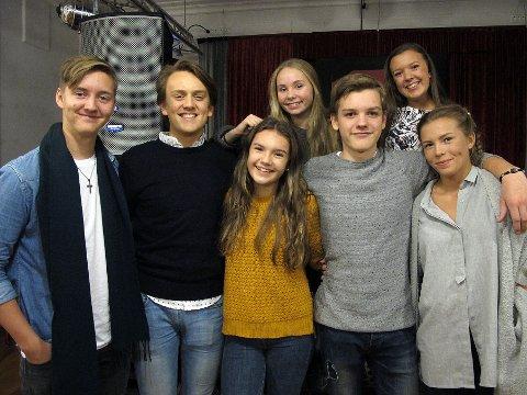 FÅR SKRYT: Fra venstre foran: Jørgen Andresen (17), Jacob Nitter (17), Engla Aldar (13), Casper Lindberg (15) og Maren Forsberg (16). Bak f.v: Mariell Sørensen (14) og Ylva Eggum (17).