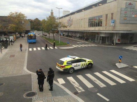 UTENFOR: Utenfor hotellet er situasjonen preget av bombetrusselen.