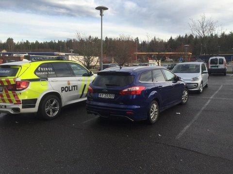 HENSATT: En blå Ford Focus leiebil er hensatt på Storebaug.