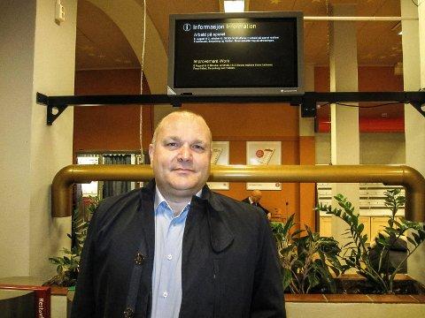Pendler Rune Hagbartsen hadde lest avisene før han tok morgentoget til Oslo og er fornøyd med at Miljøpartiet de grønne er på vippen.