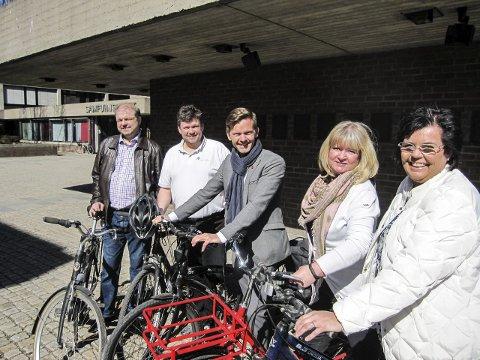 På tur: Sykler de hver sin vei nå: Fra v Halvard Sand (KrF) og Sindre Westerlund Mork (V) møtte Ap i går. Dermed er spørsmålet om de skiller lag med Høyre og Frp.