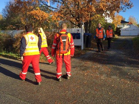 Røde Kors og politiet går fredag formiddag fra dør til dør i søket etter Maria Skøyen Jensen.