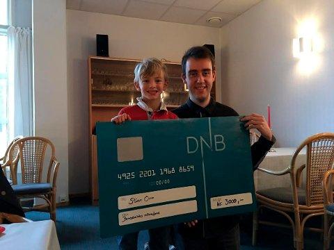 Stian Orm fikk Benedicthes minnepris på 3000 kroner for sitt arbeid. Prisen ble delt ut av Lucas Larsen Vatndal (til venstre).