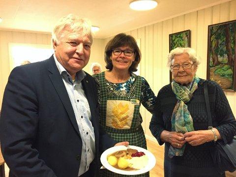 Spiste seg mette: Ordfører Olav Breivik, leder i Ytre Hobøl Bygdekvinnelag Anne Eva Bjerke og Ragnhild Breivik.