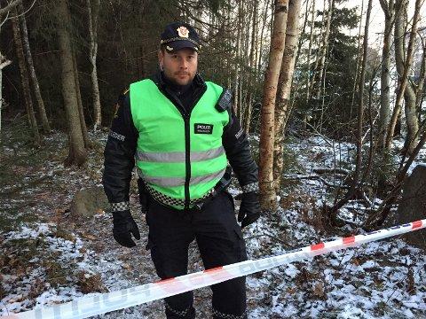 DØDSFALL: Follopolitiet sperret av et område ved Odinsvei i Vestby etter funnet av en død mann mandag ettermiddag. Her er innsatsleder Rolf Listrøm.