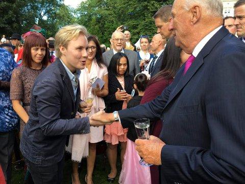 Haakon Hattevig møtte kong Harald i slottsparken 1. september. Nå bidrar han i kongeparets jubileumsbok.