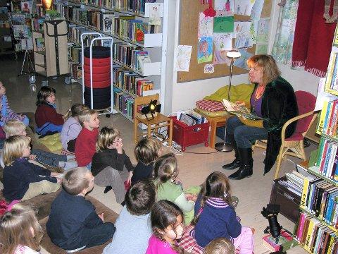 EVENTYR: Hanne Dahle leser eventyr på biblioteket i Son for unger fra Grevlingen, Øståsen og Deør barnehage.
