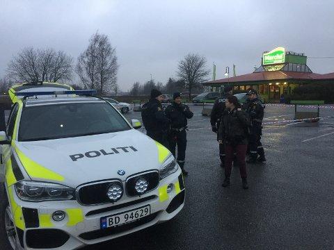 SPERRET AV: Hele parkeringsplassen på Marché Vestby nord er sperret av etter at en mann ble skutt i beina ved 13:30-tiden tirsdag. Politiet jakter nå på en eller flere gjerningsmenn.