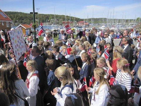 Flagg og fjord: Flaggene vaiet i sentrum av badebyen.