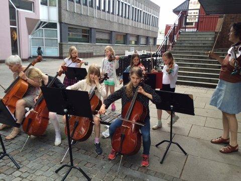 Fra venstre i første rad sitter cellist og kulturskolelærer Liv Frengstad, Vilde Martine (9), Mari A. Wetterhus (10), Andreas Toke Solberg (11). Bak fra venstre står fiolinistene Mathilde Nordbø Prøitz (8), Amalie Eveline Vagle (10), Katrin Larsen (8) og Isabel Evald (8). Til høyre står musikklærer Helle Tennøe Andersen.