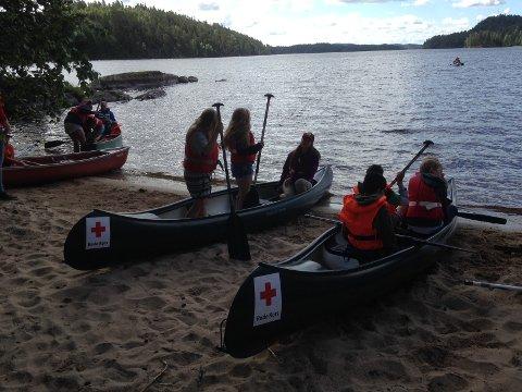 Det ble padlet kano, grillet pølser og holdt vannkrig på ferien i regi av Røde Kors.