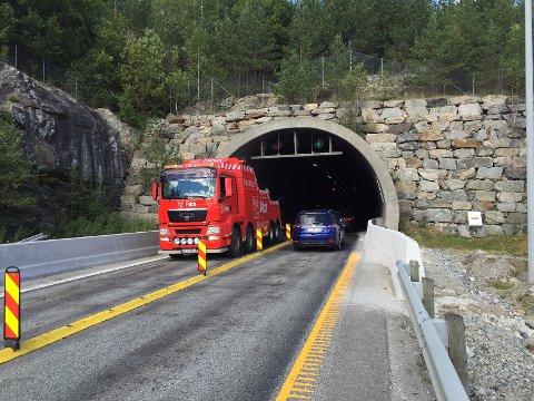 Tungbilberging er nå på plass i Follotunnelen. To av tre vogntog må berges ut av tunnelen.