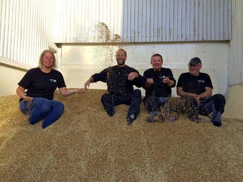 I gang: Kornsesongen har startet hos Skjelfoss Korn i Hobøl. F.v. Jeanette Haagensen, daglig leder Kim-Reidar Martinsen, Trond Nilsen og Karl-Edvard Thalberg.