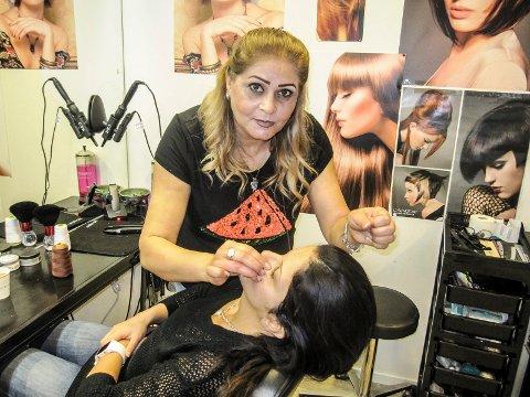 Her napper frisør Basima Abdua Irazak øyebrynene på kunde Leila Hassan.