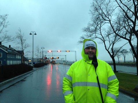 Alle ferjene er inntilt på grunn av uværet, og Bastø Fosen-vakt Svein Roger Jakobsen har kledd seg godt.