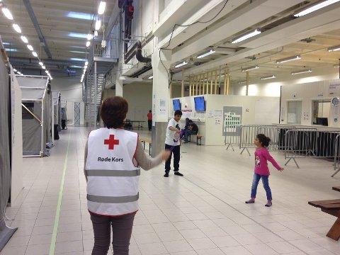 BIDRAR: Frivillige fra Østfold Røde Kors er på ankomstsenteret i Råde hver eneste dag.