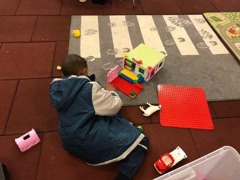 LEK: Å leke med barna på senteret er de frivilliges viktigste oppgave.
