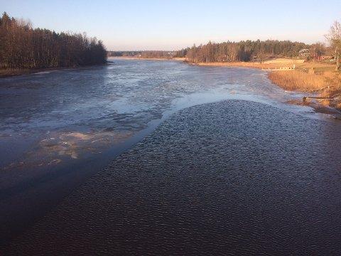 Væromslaget gjør at Vansjø-isen kan være usikker. Bildet er tatt fra Dillingøy-brua.