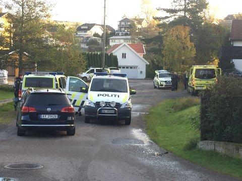 STORUTRYKNING: Politiet stilte mannsterke opp på Krapfoss da meldingen om knivstikkingen kom.