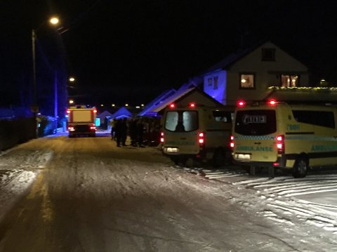 Det var full utrykning til boligbrannen i Rygge onsdag kveld. Huset i bakgrunnen er ikke huset som brant.